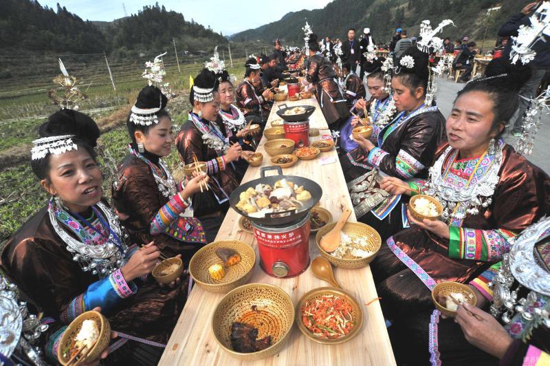 贵州万名侗族民众庆节日 摆3.7公里合拢宴