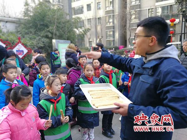 老师告诉小朋友麻糖的历史文化