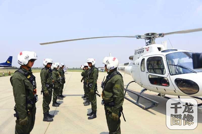 蓝天救援队自2007年成立以来,在全国及全球的灾害、灾难面前,都留下他们那抹蓝色的身影。图为蓝天救援队启动直升机救援设备。蓝天救援队供图 千龙网发
