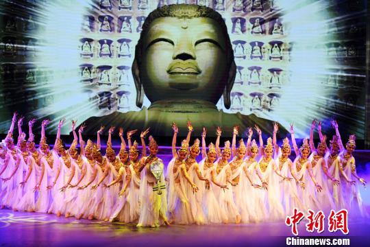 """《丝路花雨》首创于1979年,以中国唐朝极盛时期为故事背景,取材于丝绸之路和敦煌壁画,它以现代的艺术手法和精湛的舞蹈表现,刻画了画工""""神笔张""""和其女""""英娘""""的悲欢离合以及与波斯商人伊努斯之间的友谊。 杨艳敏 摄"""