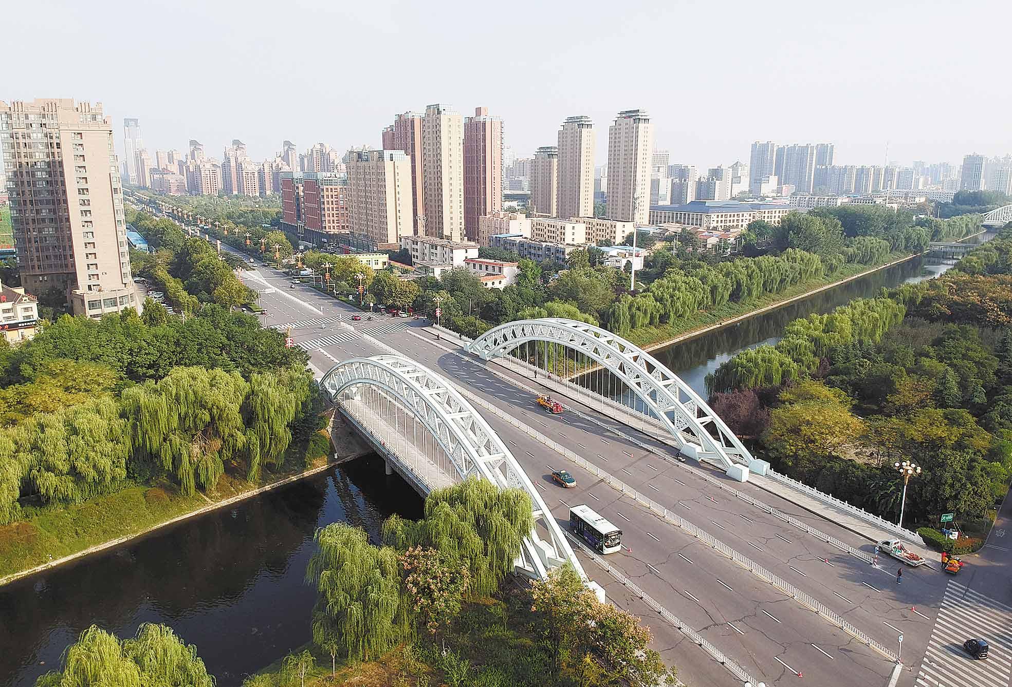 许昌拆除户外广告 提升文明城市形象