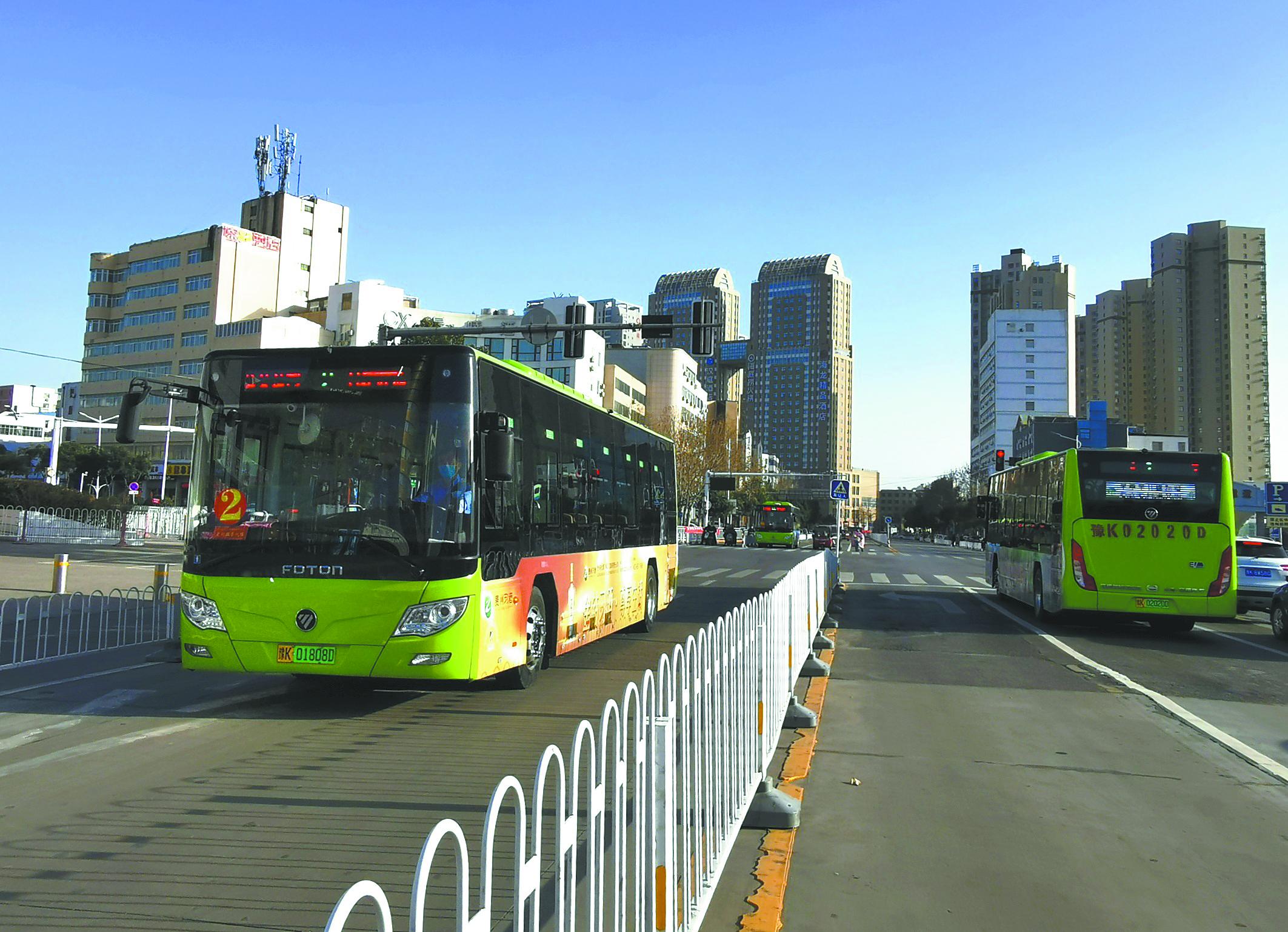 2月22日,市區(qu)街頭,公(gong)交車正(zheng)常運營