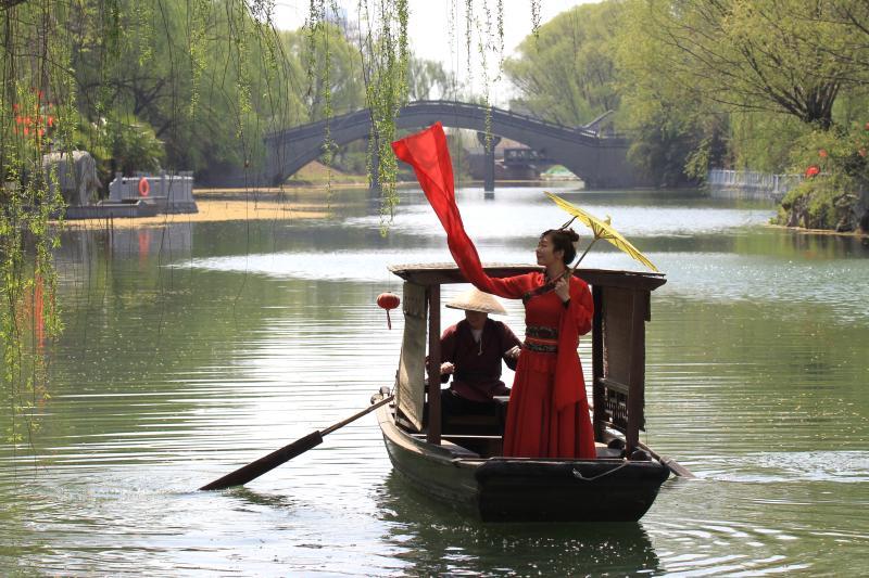 """宜居之城 春(chun)回大地(di) 美景""""醉""""游人(ren)"""