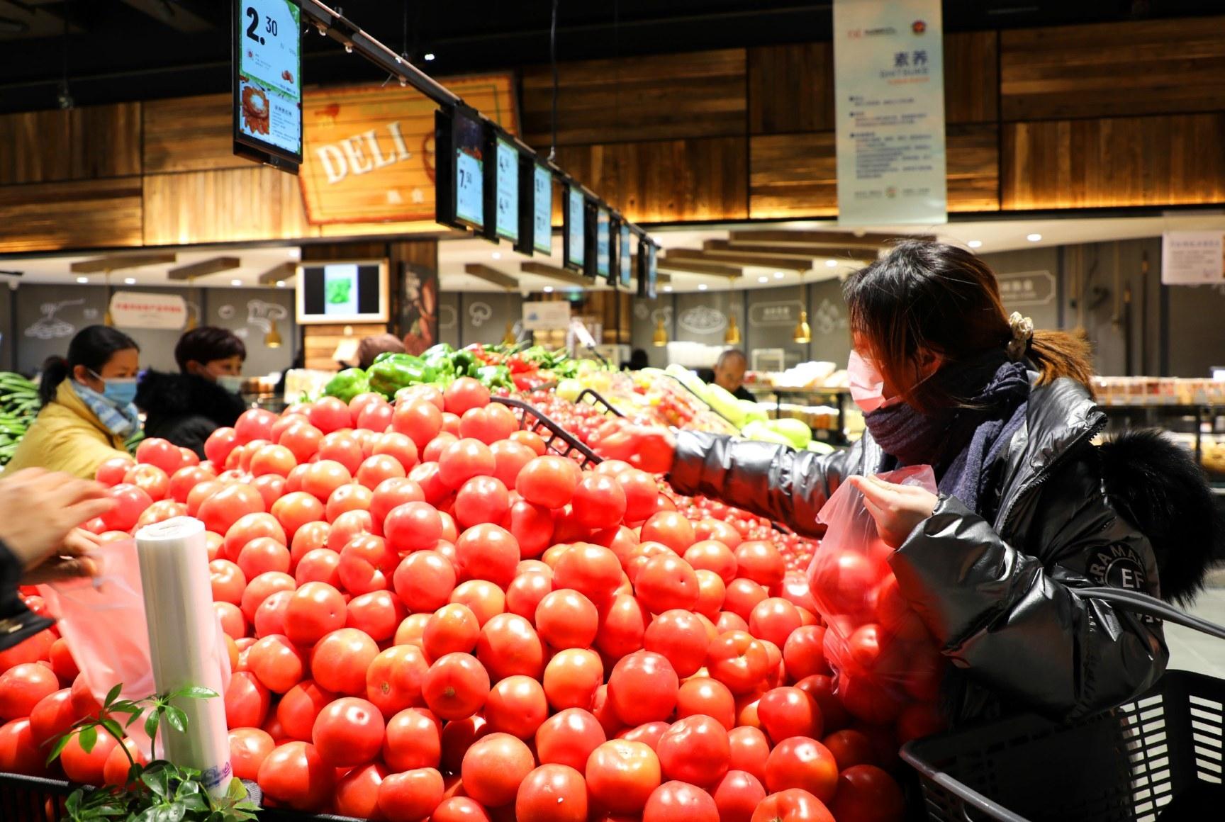 做好蔬菜基地防寒保暖工作,备足货源稳定菜价